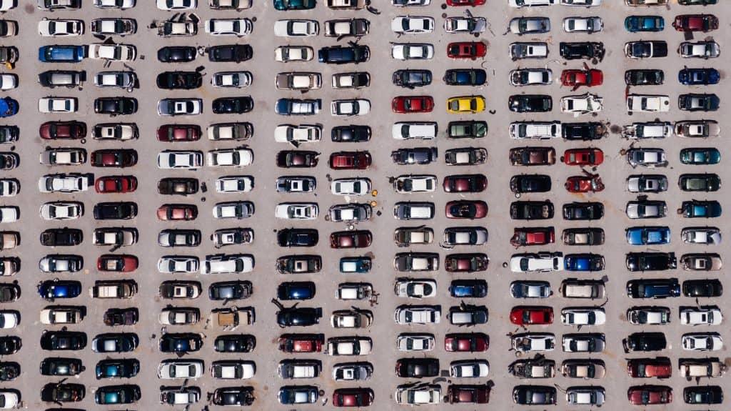 רכבים במגרש חניה